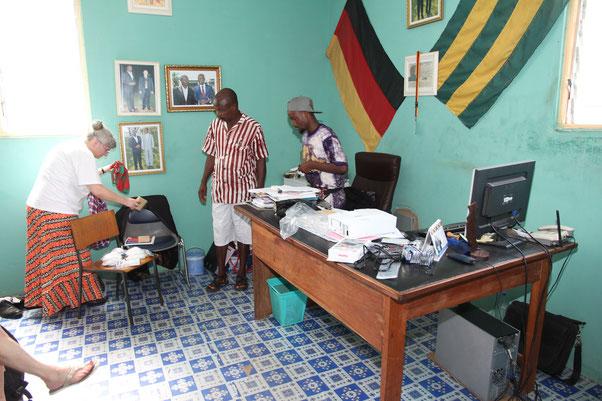 Übergabe des Beamers im Ausbildungszentrum AGERTO