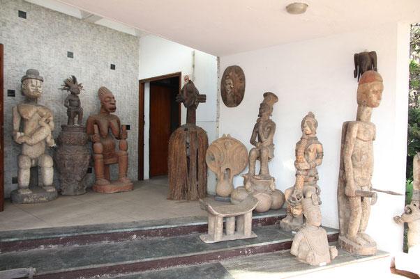 """Skulpturen im """"museum d'art africain"""" in Lomé"""