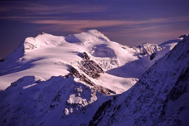 Blick vom Ortler zu den Gipfeln von Zufallspitze & Monte Cevedale, der Palon de la Mare lugt ansatzsweise hinter der Königsspitze hervor.