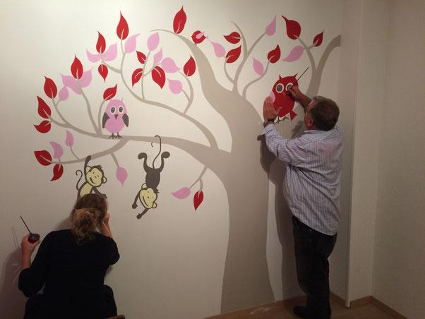 """Liselotte Jager: """"Marten heeft onze babykamer voorzien van een prachtige, kleurrijke en gedetailleerde muurschildering. Met zijn kritische en nette manier van werken zijn wij meer dan blij''"""