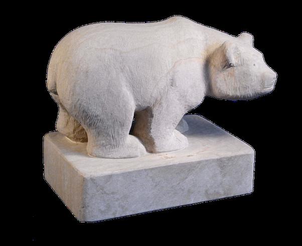 Bär aus Sandstein. Gartenskulptur in Form eines Bären aus Naturstein. Bär. rötlicher Sandsteinbär. Kleiner Bär.