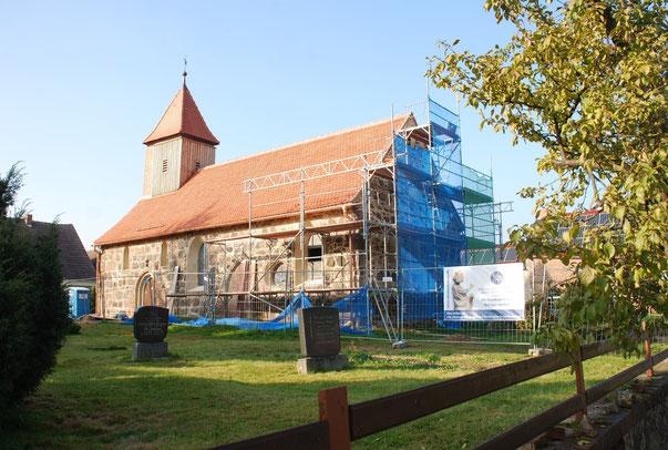 Die Kirche in Garrey kurz vor dem Abschluss der Hüllensanierung im November 2015