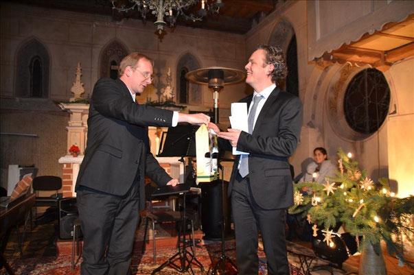 Pfarrer Geißler dankt Herrn Weiss, dem künstlerischen Leiter, im Namen des Gemeindekirchenrates