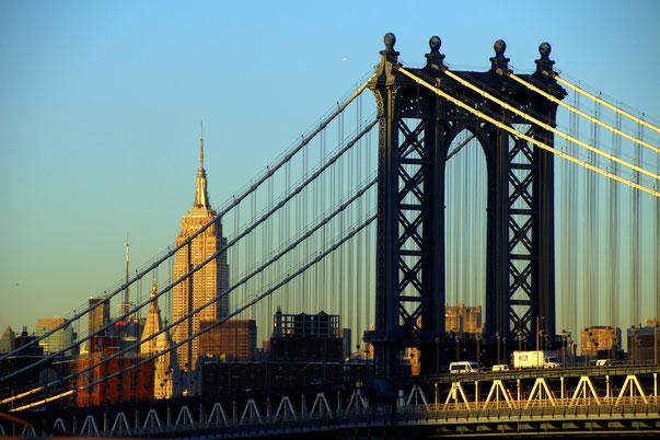 Blick von der Brooklyn Bridge Richtung Manhattan Bridge und Empire State Building