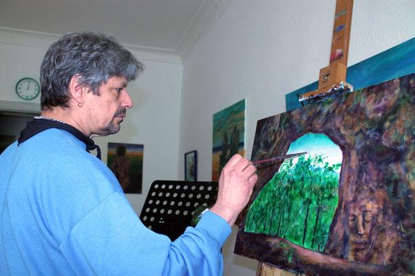 """Willi Buesing im Atelier Corazon Verde beim Malen des Bildes """"Aus dem Schatten heraus"""""""