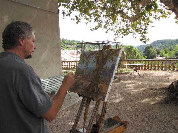 Tony Wahlander (Wåhlander), en train de peindre sur une toile, la représentation d'une terrasse d'une bastide en Provence .