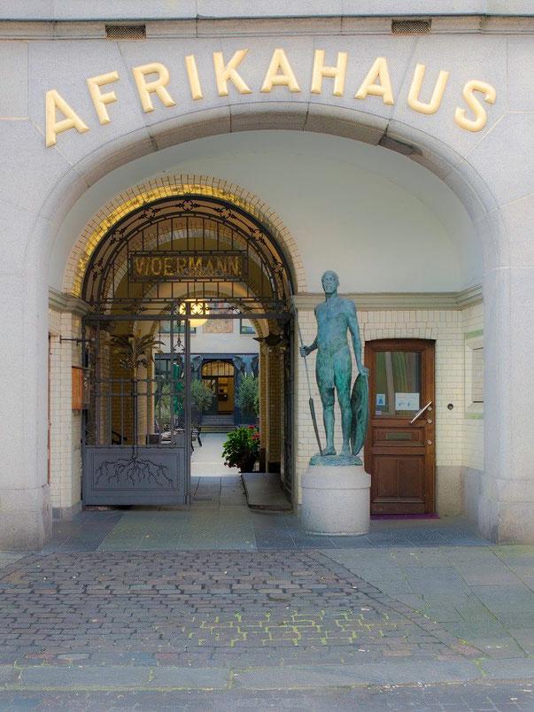 Eingang des 1899 von der Woermann  Reederei errichteten Afrikahauses.