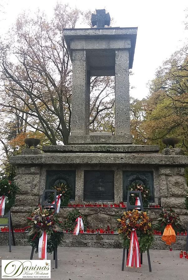 Allerheiligen Brauchtum - Kranzniederlegung für die gefallenen Soldaten. Kommunalfriedhof in Salzburg by Daninas-Kunst-Werkstatt.at