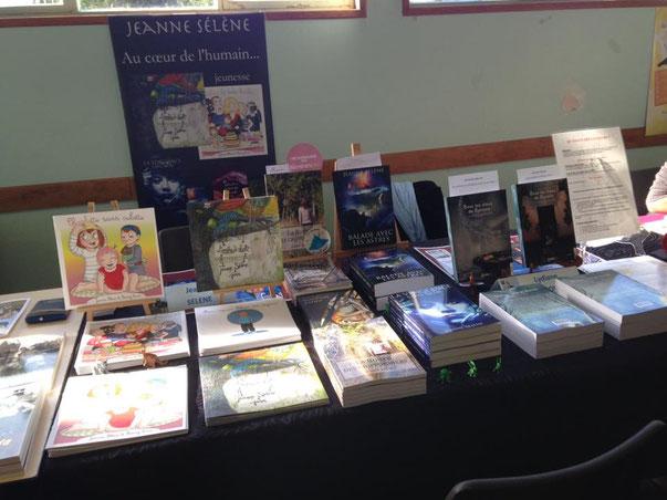 Mes livres à côté de ceux de Jeanne Sélène, autrice de romans de fantasy, d'un roman contemporain, et de livres jeunesse.
