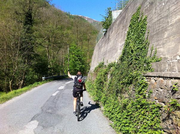 approfittiamo della splendida giornata per una gita All Mountain ... Tony incita la pedalata!