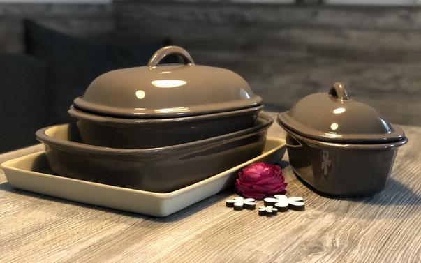 Verschiedene Stoneware Formen der Marke Pampered Chef plaziert auf einem Holztisch