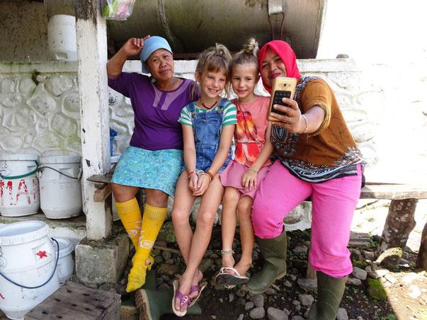 Op de foto met de vriendelijke lokale bevolking op Java