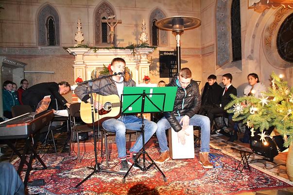 """Lucas Merker (Gitarre und Gesang) und Tim Wüstenhagen (Cajon) spielen """"See voller Tränen"""" von Keimzeit"""