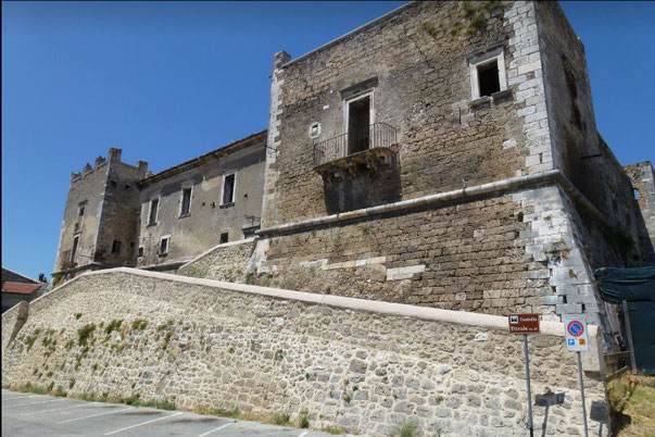 Particolare delle torri del castello Caracciolo