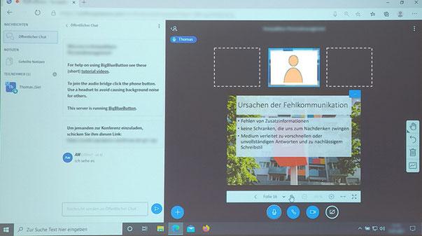 """Abbildung 1-2: Bildschirminhalt von BigBlueButton (hier ein Foto der Projektion des Beamers, """"Kacheln"""" der Teilnehmenden eingezeichnet)"""