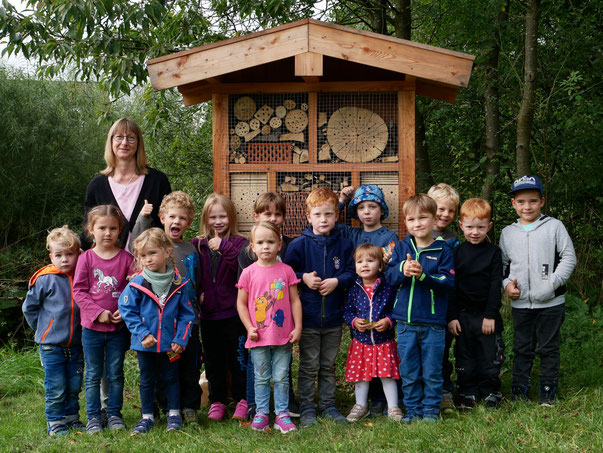 Foto Peter Sahm: Vorschulkinder vor dem Insektenhotel