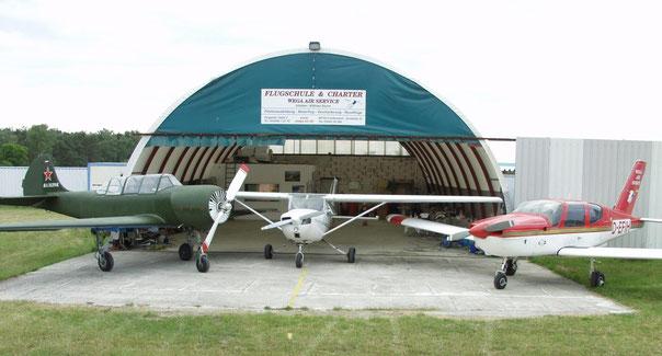 Jak 52, Cessna 150, TB 10 vor der Halle von WEGA-AIR-SERVICE Roitzschjora