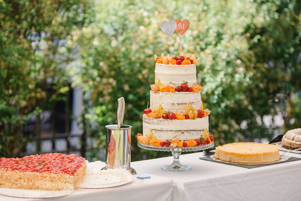 Garten Hochzeit Juni Hochzeit Sommer Hochzeit Hochzeitstorte mit Früchten sommerlich