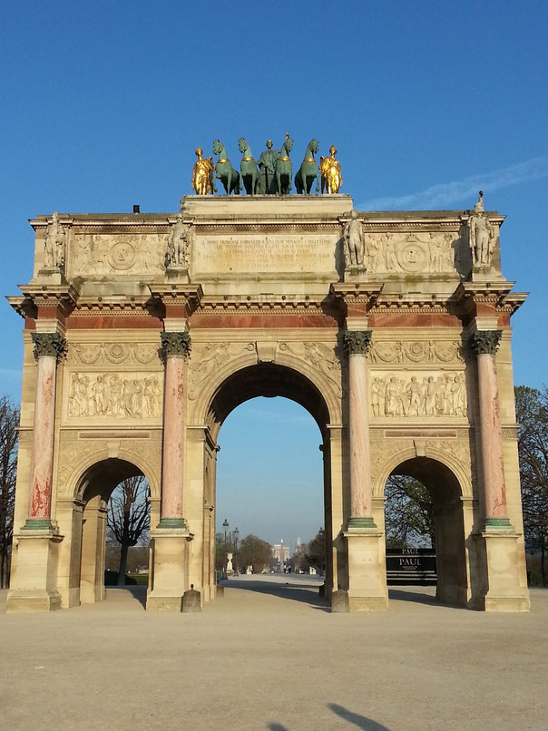 """""""Arc de Triomphe du Carrousel"""" am Louvre, mit Blick durch den """"Jardin des Tuileries"""", vorbei am """"Place de la Concorde"""" bis zu seinem großen Bruder, dem """"Arc de Triomphe"""""""