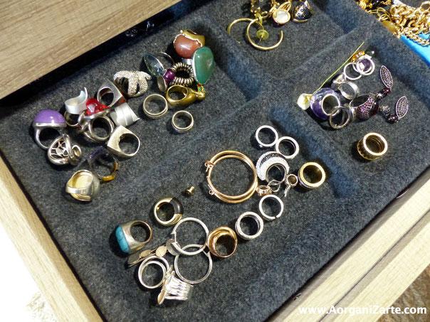 Los anillos y sortijas tenlos a la vista sobre forro de fieltro - AorganiZarte