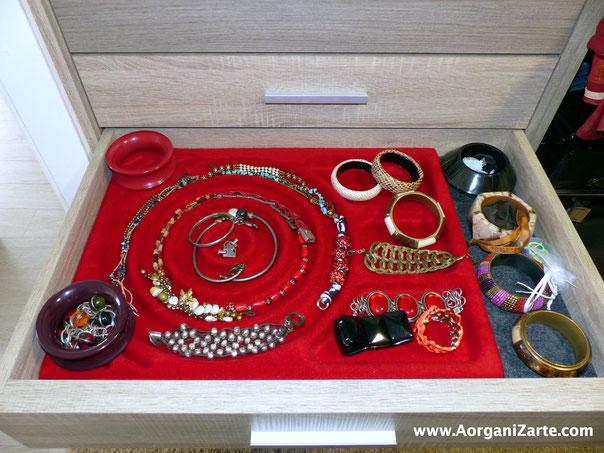 Pulseras y collares bien organizados en un cajón del armario - AorganiZarte