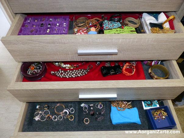 Aprovecha cajones en el armario para colocar tus pulseras y pendientes- AorganiZarte