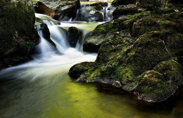 Fluss mit Wasserfall und Felsen