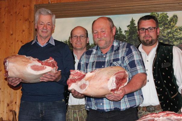Die verdienten Sieger: vorne (v.l.) Lorenz Bradl und Josef Stegmeir mit ihren Fleischpreisen, dahinter 1. Vorstand Gerhard Beck und 2. Vorstand Patrick Schmid.