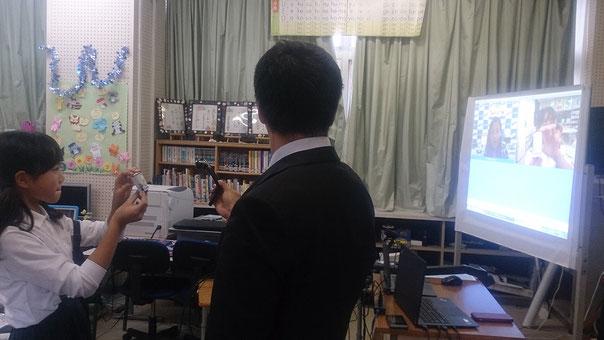 大阪工場のカヨ先生に、出来上がった電池を見てもらいます。