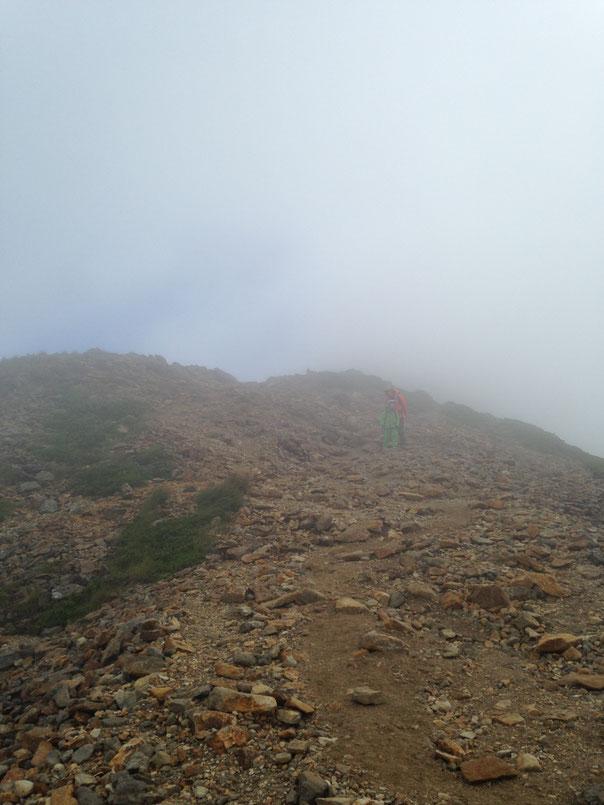 3日目、硫黄岳からの下りも霧と雲の中。兄は残念がっていたが、私は基本的に高所が怖いので、見えすぎていたら進めなかったかも、、