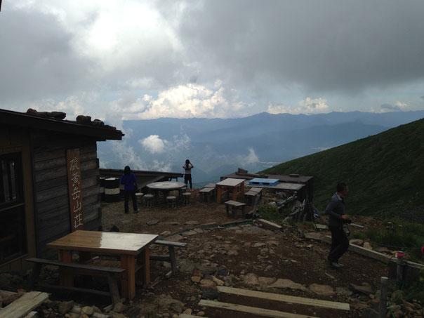 2泊目の硫黄岳山荘。基本霧に包まれていたけど、一瞬晴れると見晴らしが。