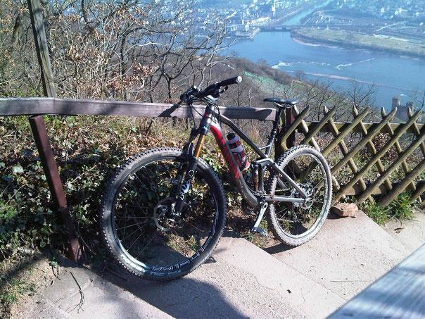 Mein Bike an der Rossel oberhalb Rüdesheim/Rheingau mit Blick auf den Rhein
