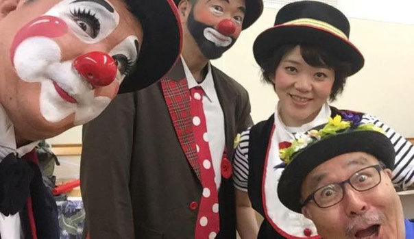 ミュージカル女優の「王子 菜摘子」と出演者の集合写真