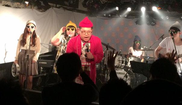 下北沢「ろくでもない夜」でライブをしているホームレス小谷とバンドはじめて楽団