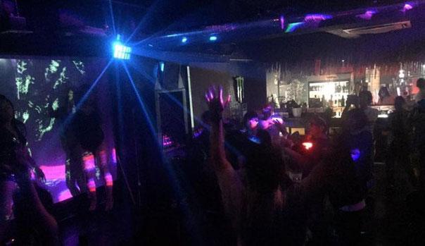 DJ Takas-Heroが新松戸の「BOKEYA」でDJをしている場面