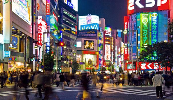 夜の新宿の交差点風景