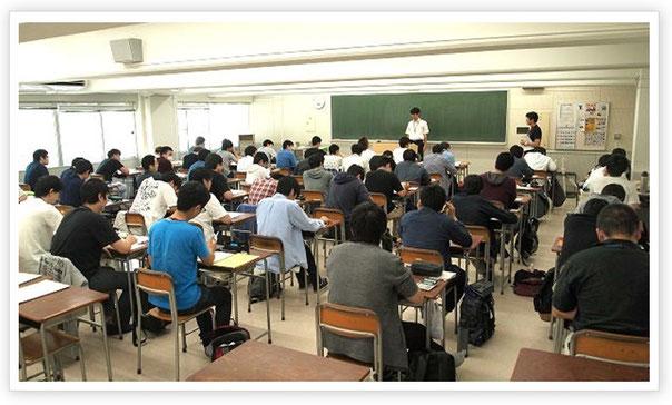 小林先生が担任する電気工学科2年生のクラス