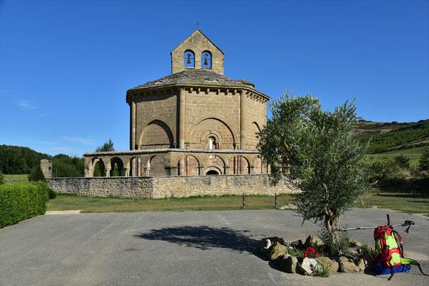 亡くなった巡礼者の礼拝堂 エウナテのサンタ・マリア聖堂前で