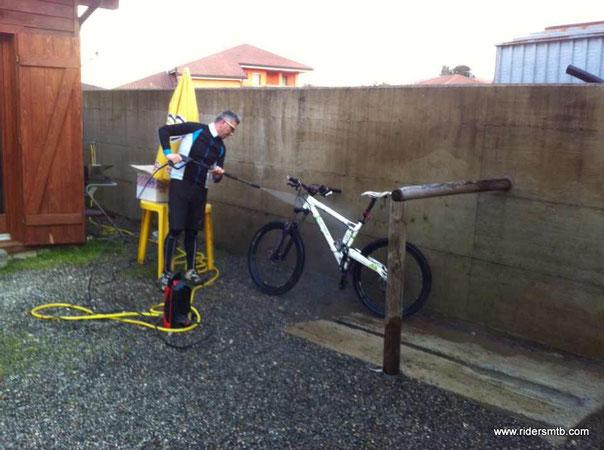 L'acqua toglie il fango dalla bici...