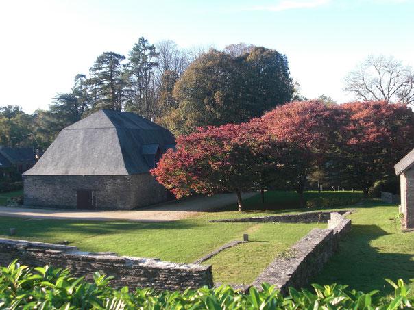 L'ancienne halle à charbon (halle neuve) et bâtiment principal du camp de rétention, aujourd'hui musée