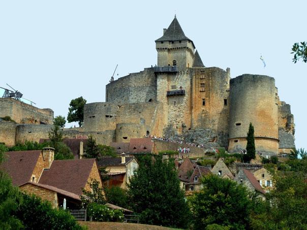 Classé monument historique, le chateau de Castelnaud en Dordogne possède une façade de pierre dorée qui est magnifique.