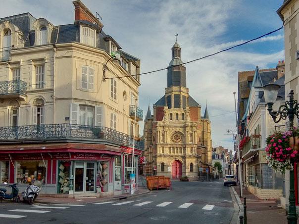 Bild: Église Notre-Dame-du-Bon-Secours in Trouville-sur-mer