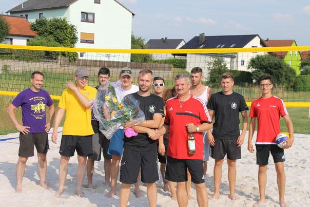 Das Untermehmen Kollmer von Stephan Kohl (vorne links) hat das Feld spendiert. Dafür dankte zweiter SC-Vorsitzender Herbert Friedrich