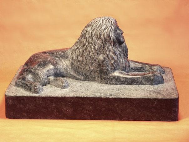 Sphinx aus Stein, Skulpur einer Sphinx aus Diabas, eine Sphinx aus schwarzem Stein.