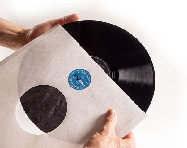 Die Schallplatte wird in eine neue Innenhülle mit Vinylclean-Aufkleber gesteckt