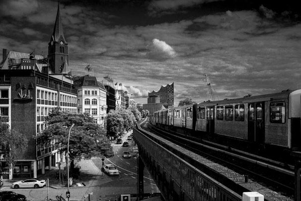 U3-Strecke bei den Landungsbrücken in Hamburg, im Hintergrund die Elbphilharmonie auch Elphi genannt