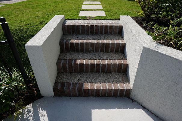階段は2つ。こちらは駐車場から玄関への最短アプローチ。