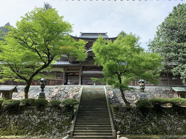 永平寺の山門からみた中雀門。美しい佇まい。