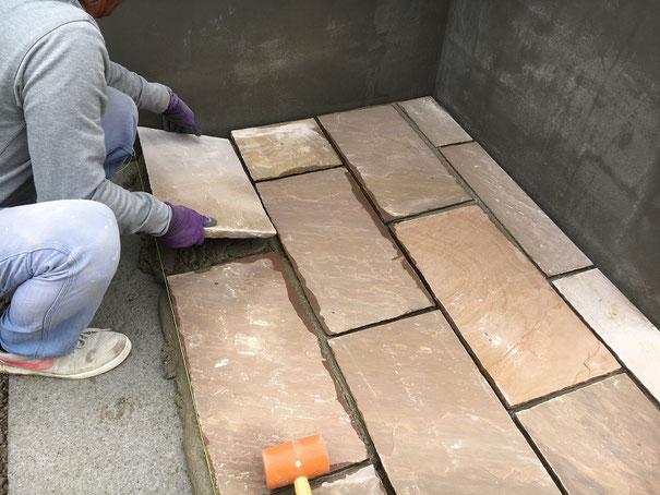 天然石平板の敷設工事の様子をご紹介