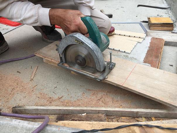 丸ノコで木の板をカット!